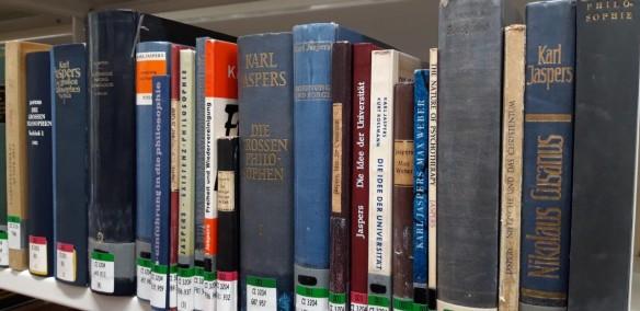 Jaspers-Bücher im Freihandbestand einer Universitätsbibliothek (Marburg/L.)