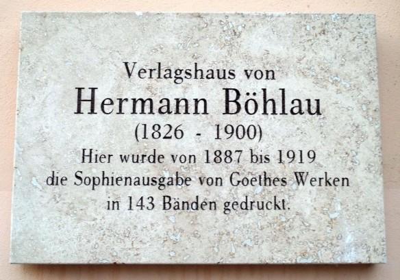 Erinnerungstafel an Hermann Böhlau und seinen Verlag am heutigen Stadtarchiv Weimar, dem einstigen Verlagshaus (Kleine Teichgasse 6) Wikicommons