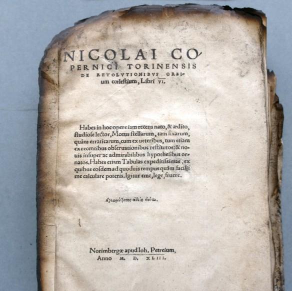 Durch den Bibliheksbrand von 2004 versehrtes Exemplar einer Erstausgabe von Nikolaus Kopernikus (Foto: C. Welz©Klassik-Stiftung Weimar)