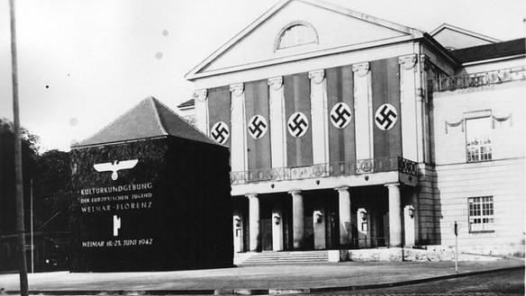Theaterplatz in Weimar mit dem eingerüsteten Goethe- und Schiller-Denkmal (Foto: Schäfer, Stadtarchiv Weimar)