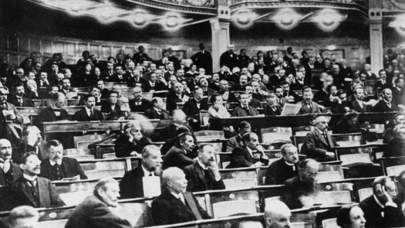 Abgeordnete der Nationalversammlung bei der Beratung der Verfassung im Deutschen Nationaltheater Weimar